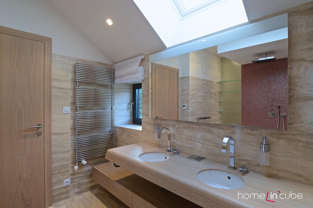Dvě umyvadla vedle sebe jsou praktická v koupelnách, které jsou určeny pro víc osob.