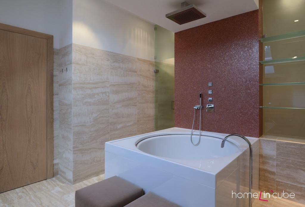 Koupelně dětí vévodí prostorná kruhová vana.