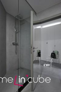 Stěna  v předsíni je opatřena zrcadly.