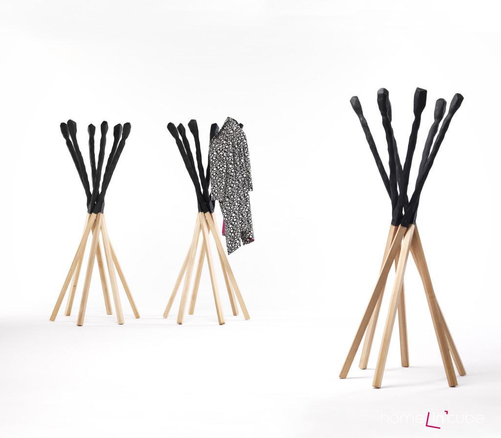 Stojací věšák Match (design Studio Baag) je zkonstruovaný ze 6 bukových tyčí, jejichž horí část je natřená na černo a připodobňuje sirku. Rozměr 50 x 50 x 170 cm, Moog.