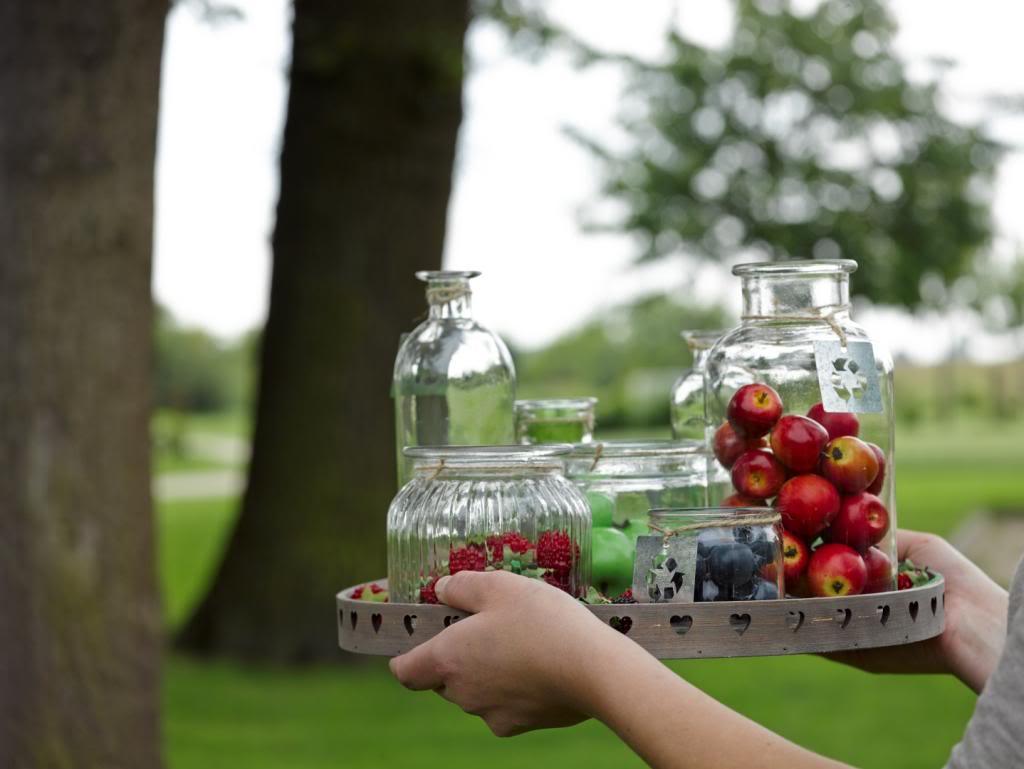 Připravte si různě velké nádoby, abyste mohli servírovat několik druhů ovoce a další dobroty třeba jen na zobání.