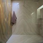 Koupelna se sprchovým koutem.