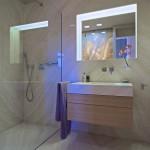 Na stěnách i podlaze koupelny je položen travertin.