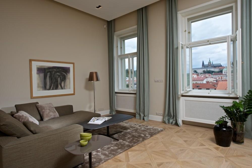 Ze sedací soupravy je vidět na Pražský hrad.