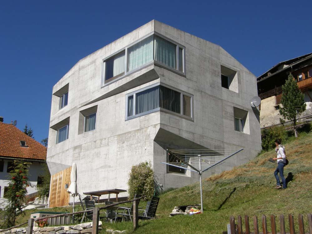 Okna jsou umístěna jednak v polozapuštěných zešikmených nikách, jednak jsou zalícována do rámů ve fasádě.