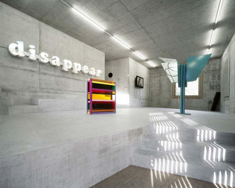 Umělecká galerie v prvním podlaží má volné prostorové víceúrovňové řešení. Materiálové řešení navazuje na fasádní. K osvětlení slouží industriální trubice.