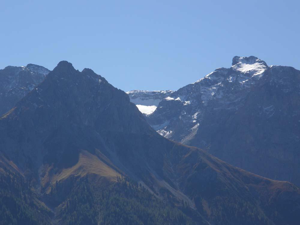 Typický všudypřítomný panoramatický výhled jižním směrem z obytných prostor stavby na vrcholky švýcarských Alp.