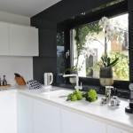Kuchyň je navržena do tvaru písmene L. Barevně je přizpůsobena původním oknům a barvě podlahy.
