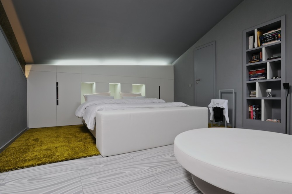 Za stěnou v záhlaví manželské postele se nachází šatna.