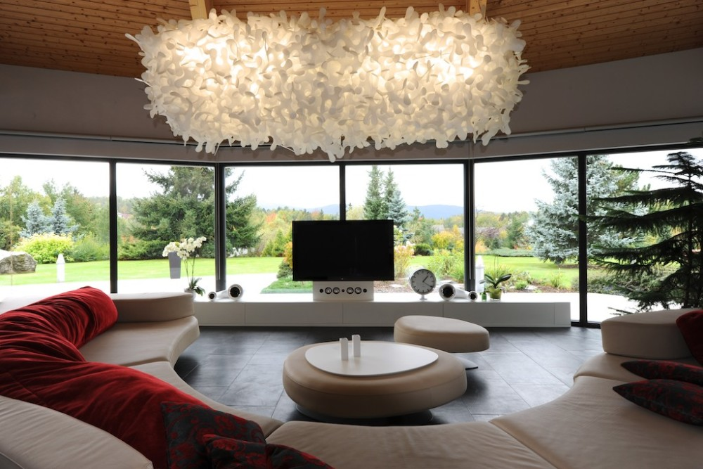 Světlo nad odkládacím stolkem pochází od českého designéra Jerryho Kozy.