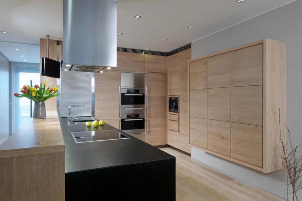 Celá kuchyně je vyrobená na míru prostoru podle návrhy architektky Dombkové. Vestavěné skříně včetně spotřebičů vytvářejí v prostoru pocit volnosti.