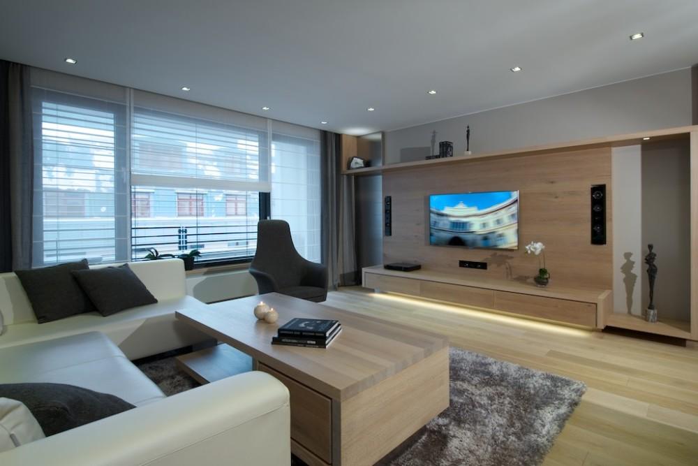 Veškerý nábytek je vyrobený na míru z běleného dubu. Navrhla ho architektka Dombková.