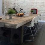 Jídelní stůl z takto masivního dřeva je opravdu těžký