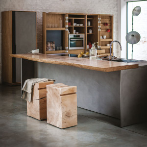 Do kuchyně vnášíme prvky dřeva v malých dávkách.