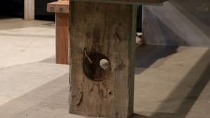 Původní otvory i hřebíky dodávají designu ty správné grády.