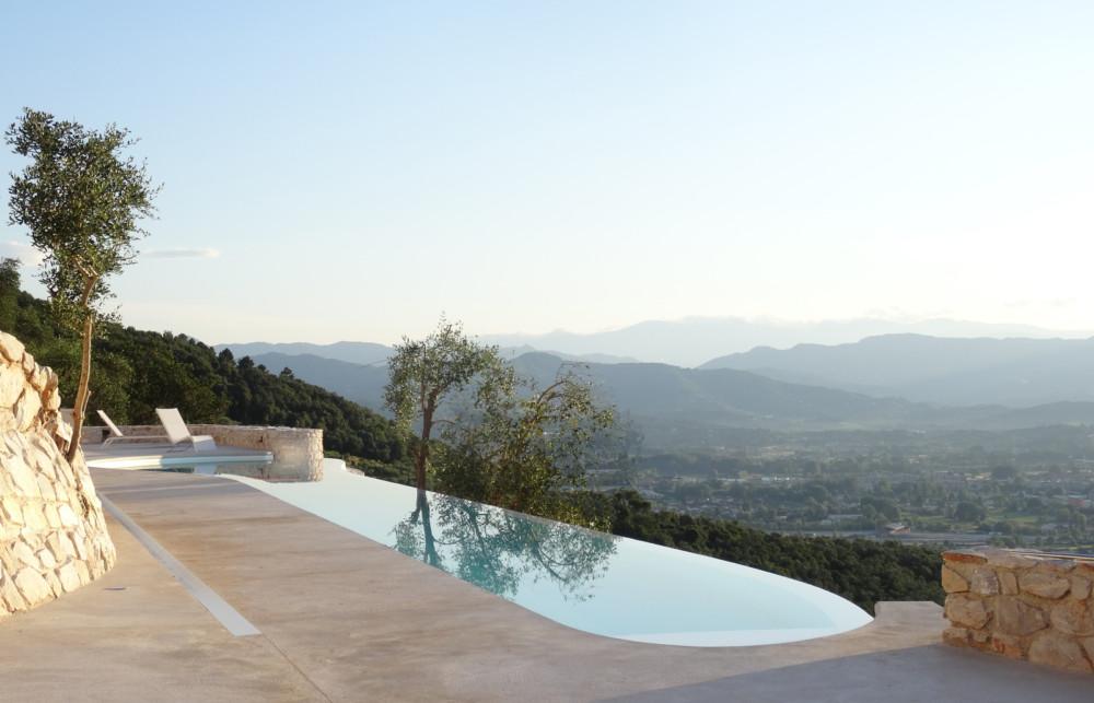 Bazén je záměrně koncipován s přelivem do spodní části zahrady.