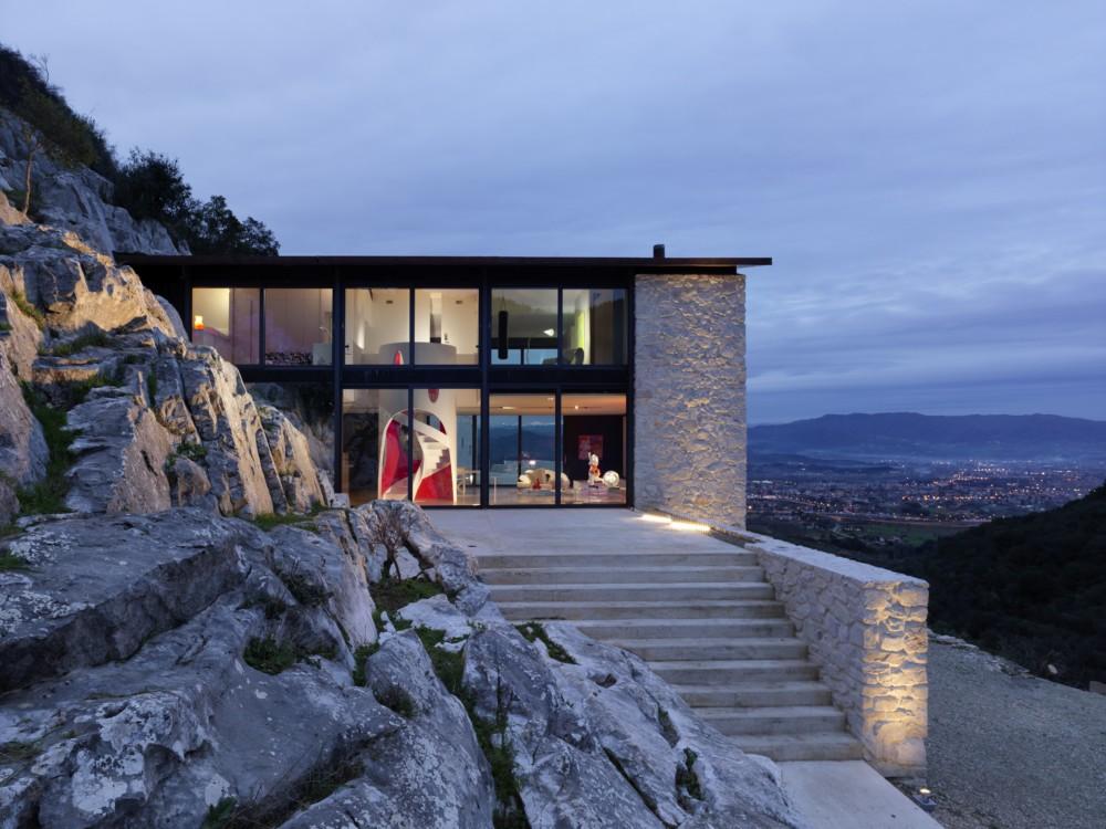 Luxusní vila se nachází v kopci asi 200 metrů nad italským městem Lucca.