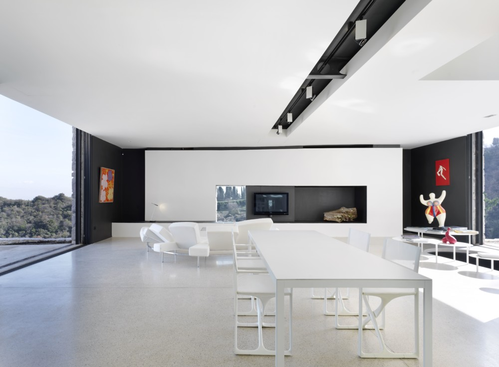 Nábytek byl vyroben z velké části podle návrhu majitelů. Ostatní pochází od prestižních italských výrobců, například sedací souprava s polohovatelnými opěrkami je od firmy Edra.