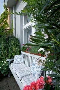 Drobná vytrvalá kopretina vhodně doplňuje prostor pro posezení, stejně tak i vrba. Nechybí bohatě kvetoucí petúnie a muškáty.