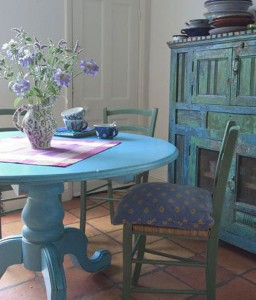 Provence je pestrá. Volte barevný nábytek, ideálně s patinou starých časů.