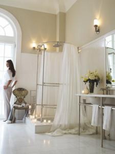 Konstrukce pro sprchový závěs je materiálově i tvarově shodná s podnoží umyvadla.