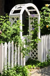 Pergola opticky dělí zahradu na dvě části.