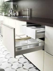 Kuchyně bude působit uceleným dojmem, pokud zvolíte dvířka stejných rozměrů. Nevyhovuje vám jejich výška? Za nimi můžete prostor ještě rozdělit dvojitou zásuvkou. Ikea.