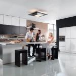 Dřez vyvýšený na pracovní desku umožňuje pohodlnější omývání a ostatní práci. Kuchyně Nolte.