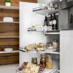 Jedna z možností, jak uspořádat vnitřní prostor potravinové skříně. Kuchyně Hanák.