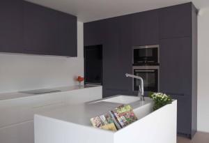 Kuchyňský ostrůvek s rozšířeným úložným prostorem tentokrát o hlubokou schránku. Kuchyně Le Bon.