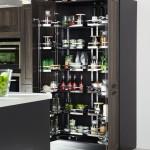 Do velkých domácností se hodí prostorná potravinová skříň. Nezapomeňte na uspořádání vnitřní části. Kuchyně Ballerina.