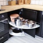 Do rohových skříněk si pořiďte speciální výsuvy, které vyplní i nesnadno dosažitelný roh. Ikea.