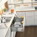 Využijte prostor i okolo dřezu pomocí speciální zásuvky, do které uložíte houbičky a čistící prostředky. Blum.