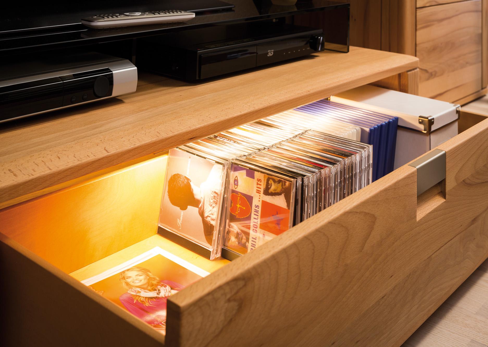 Svítidlo do zásuvky s distančním čidlem, rozsvítí se po otevření zásuvky, vhodné i do skříně. Aulix.