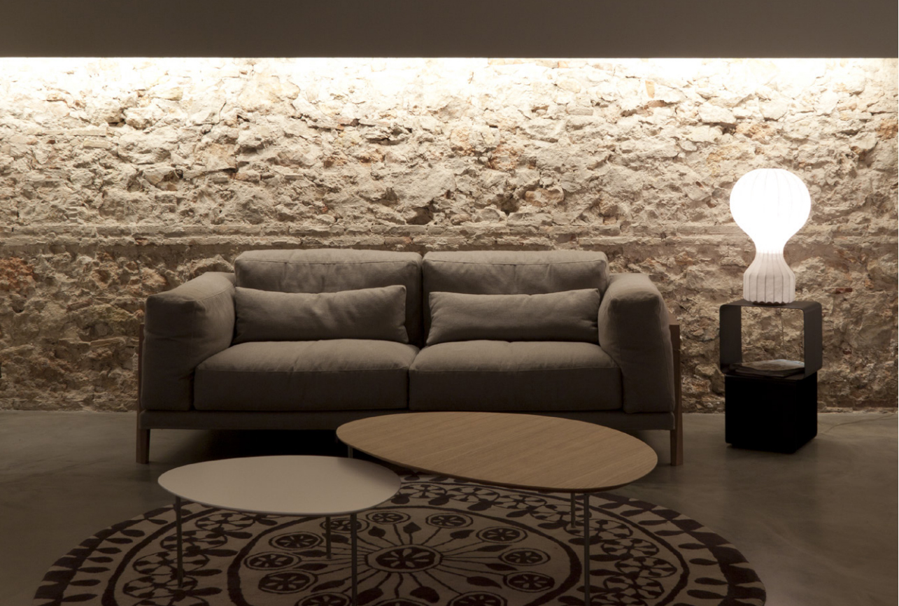 LED diodová páska schovaná v římse vytváří nepřímé osvětlení. Hagos.