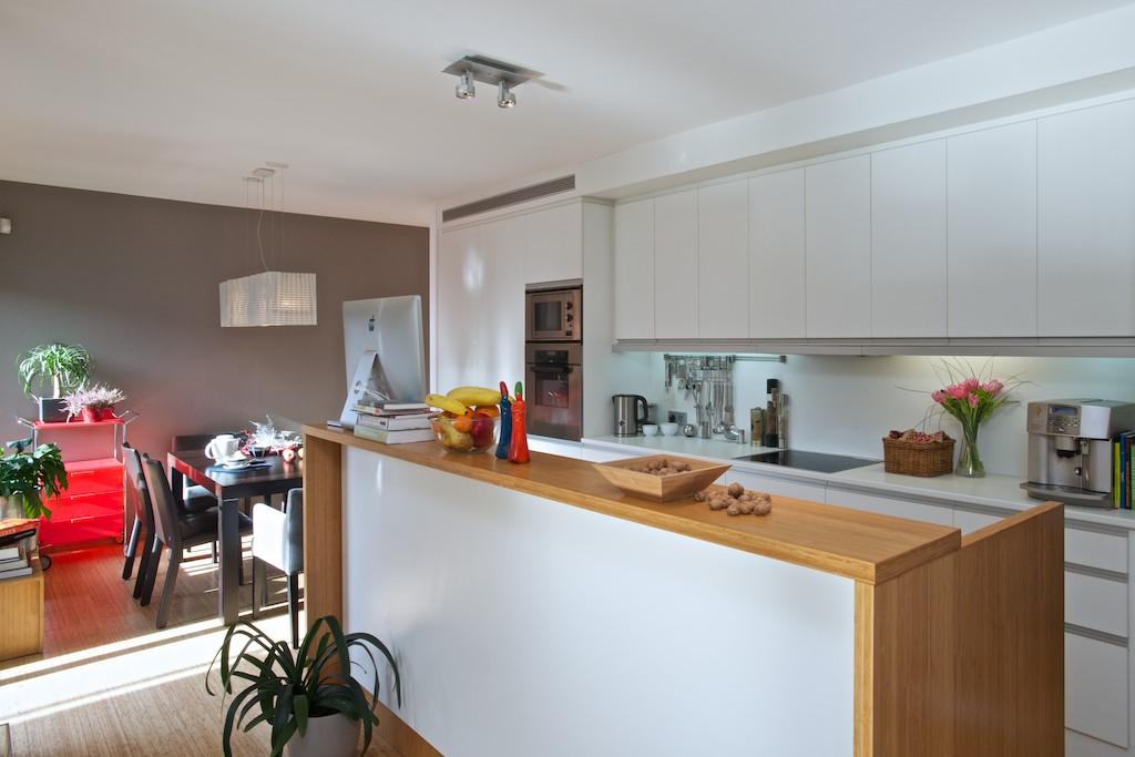Kuchyň byla navržena až po domluvě s budoucími nájemníky. Odolala i rekonstrukci.