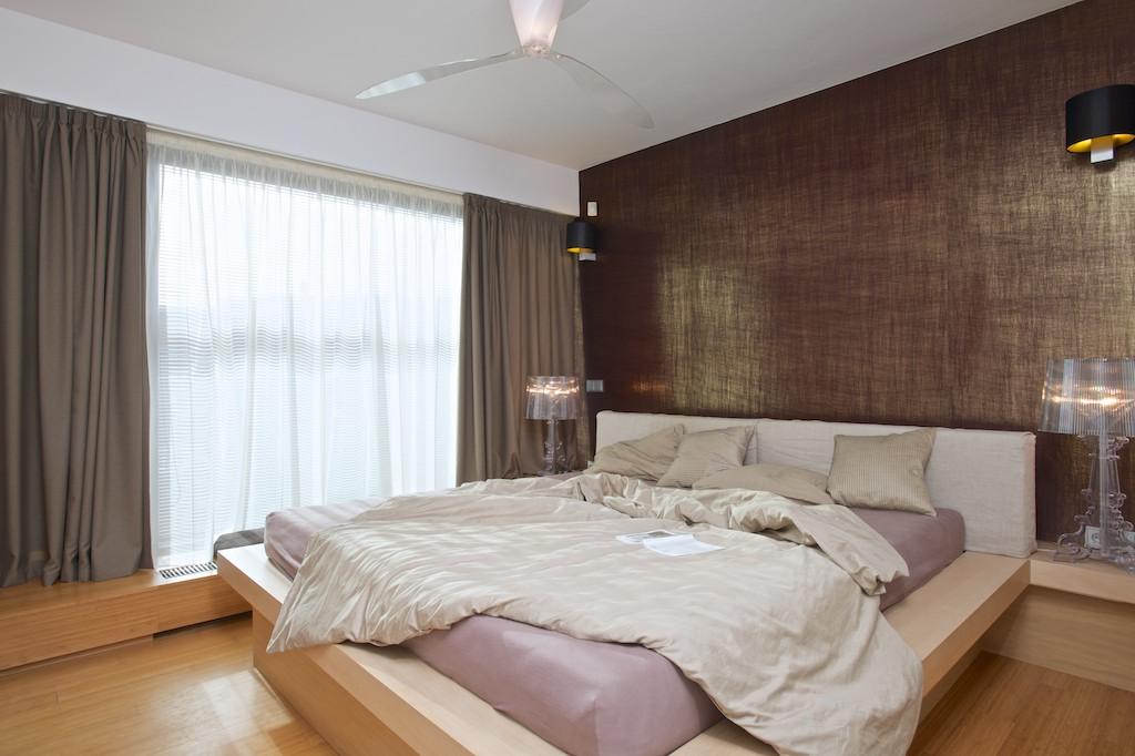 Manželská ložnice se nese v zemitých tónech.