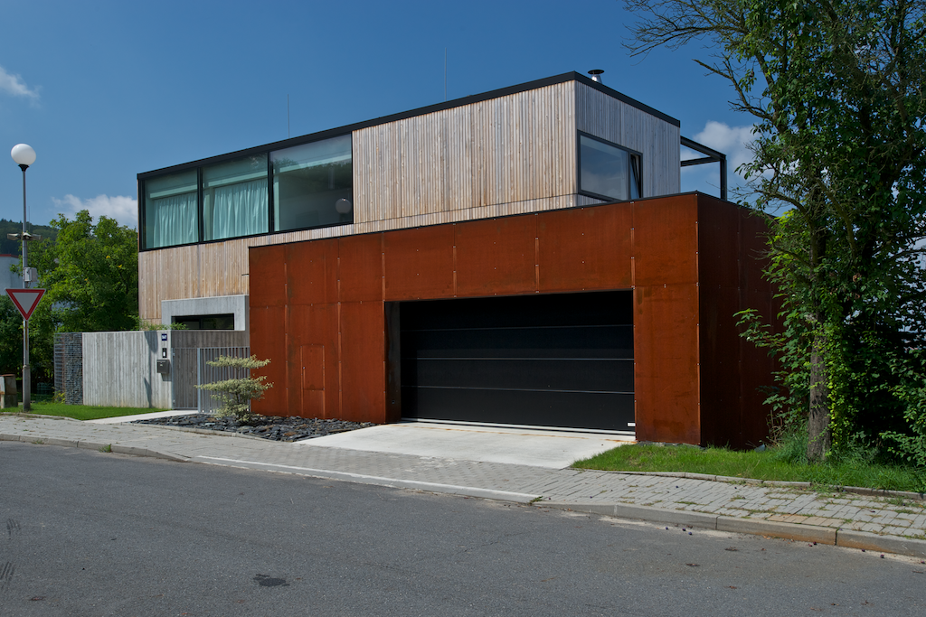 Rodinný dům sestává ze dvou kubusů. Z hlavního obytného a z garáže.