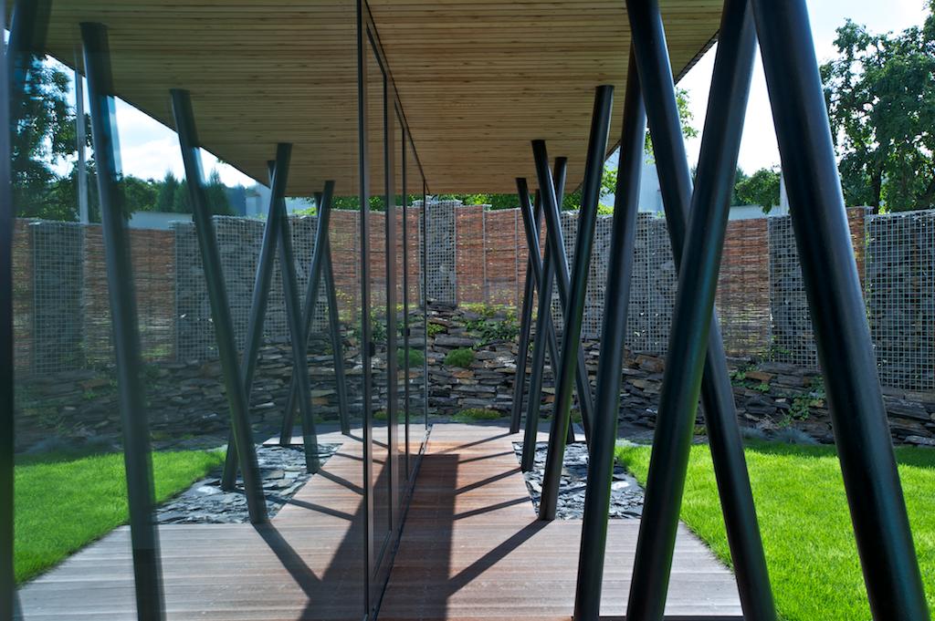 Francouzská okna v přízemí je možné otevřít a v letních měsících propojit interiér s exteriérem.