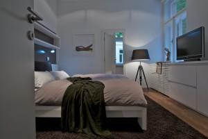 Ložnice se nese v příjemných intimních odstínech.