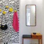 K dekoraci mohou posloužit i barevné věšáky.