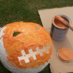 Po zaschnutí natíráme papírovou dýni oranžovou barvou.