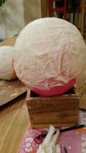 V lepidle namočený papír nanášíme na balónek.