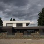 Struktura gabionového zdiva je harmonická s celkovým horizontálním barevným řešením stavby.