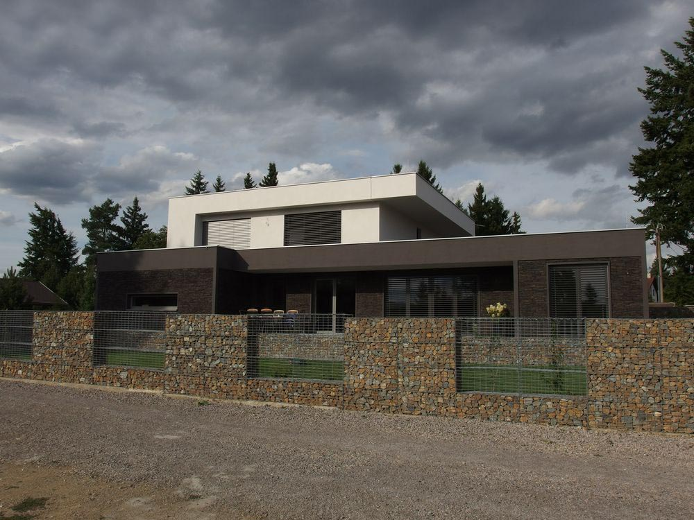 Použití přírodních materiálů bylo logickým východiskem pro zakomponování stavby do okolního prostředí.