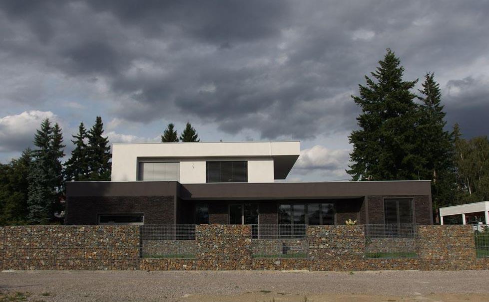 Struktura gabionového zdiva ladí s celkovým horizontálním barevným řešením stavby.
