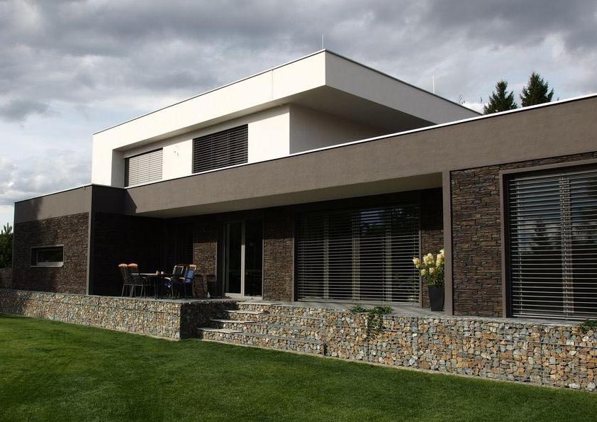 Vodorovnému členění fasády odpovídá i výrazné zakončení gabiony.