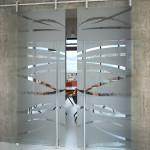 Skleněné dveře dvoukřídlé s pískovaným motivem,posuvné po zdi, posuv Rollo.