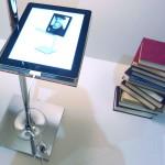 Na poličky můžeme dát nejen knihy, ale i tablet nebo telefon.