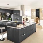 Kuchyně je umístěna v samostatné části prostoru, takže od jídelního stolu není do místnosti vidět, přitom kuchařka může pohodlně se strávníky komunikovat.